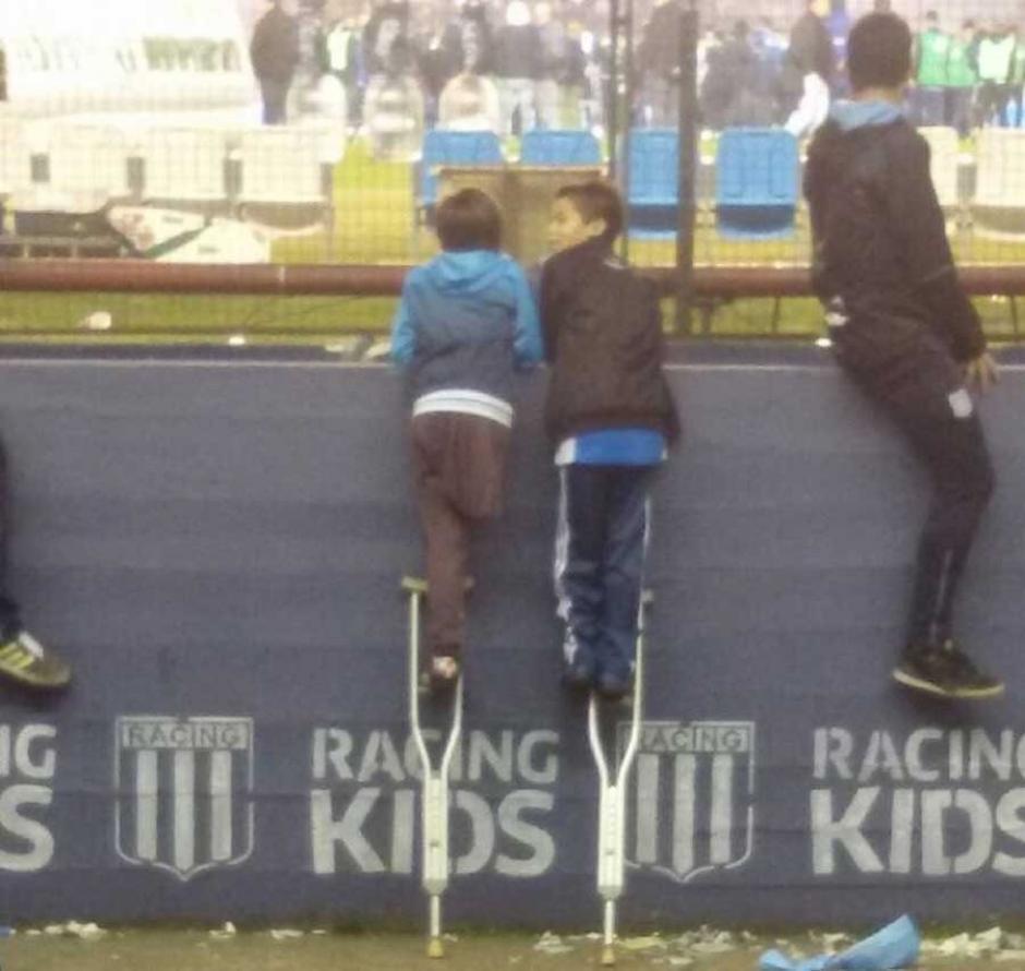 Con esta foto Santiago conmovió al mundo, por compartir sus muletas con otro niño para ver el partido. (Foto: Twitter)
