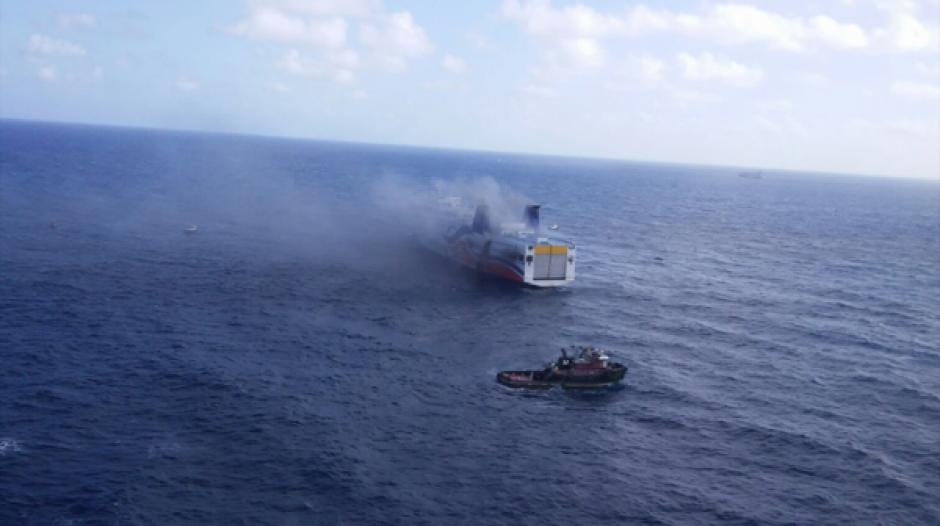 El ferry de carga y pasajeros prendió fuego en la sala de máquinas a dos millas náuticas de San Juan. (Foto: www.infobae.com)