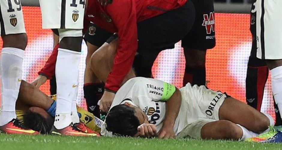 Falcao García quedó tendido en el piso por varios minutos tras el choque. (Foto: EFE)