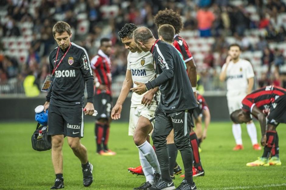 Los médicos hicieron todos los análisis y descartaron daños mayores en el jugador. (Foto: AFP)