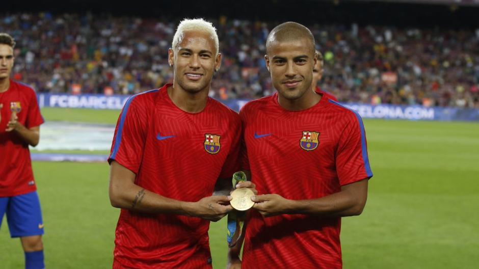 Neymar y Rafinha fueron homenajeados la semana pasada en el Camp Nou. (Foto: Twitter)
