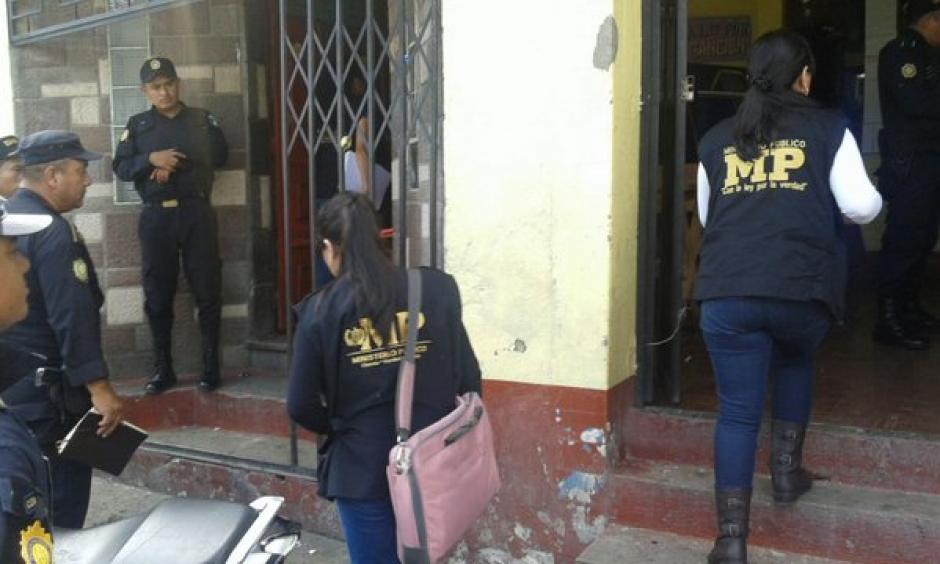 Fiscales del Ministerio Público realizaron varios allanamientos en la zona 4 capitalina en búsqueda de víctimas de trata de personas. (Foto: Policia Nacional Civil)