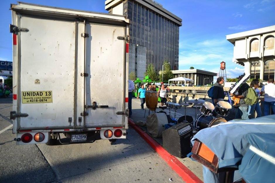 En camiones se trasladaron pancartas e insumos para los manifestantes que apoyan al partido Lider. (Foto: Wilder López/ Soy502)