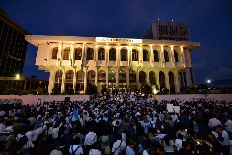 El edificio de la Corte Suprema de Justicia fue iluminado para la marcha, pues siempre permanece apagado. (Foto: Wilder López/Soy502)