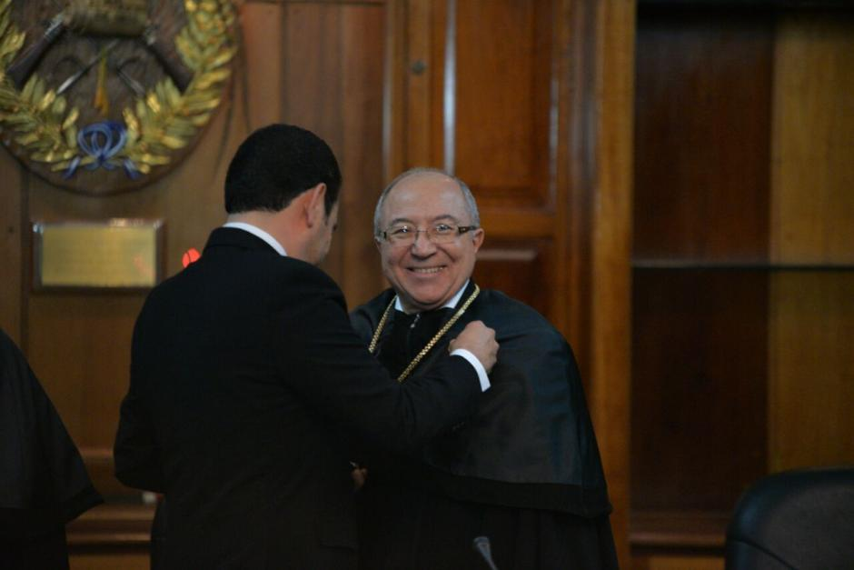 El presidente Jimmy Morales saludó al magistrado que asumió en el poder judicial. (Foto: Wilder López/Soy502)