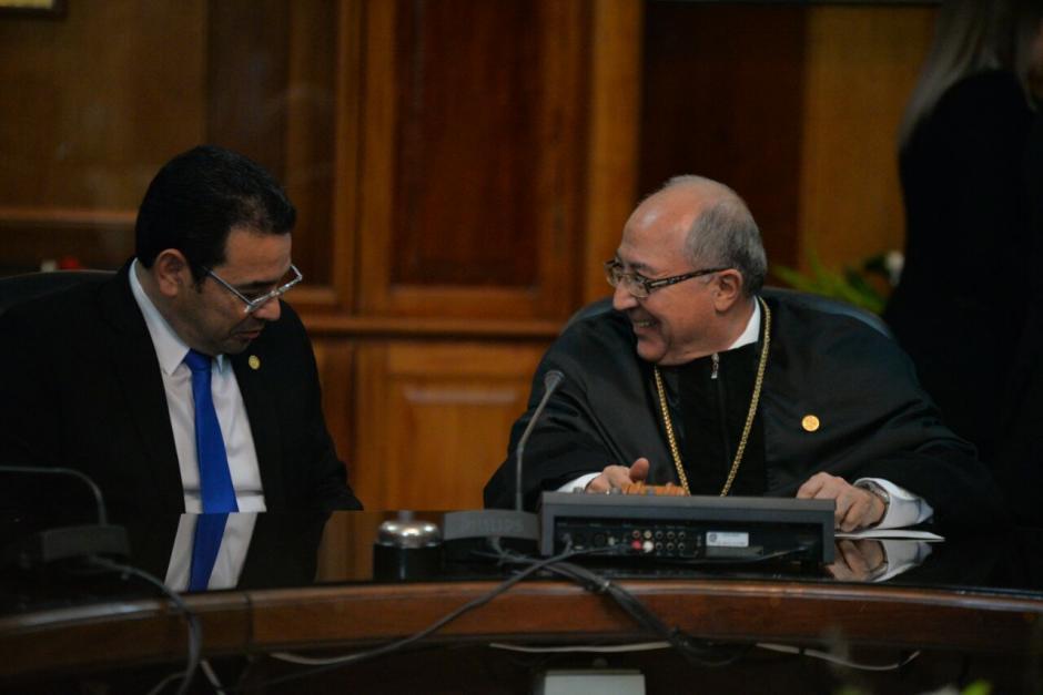 Luego del discurso así conversaron Morales y Medina. (Foto: Wilder López/Soy502)