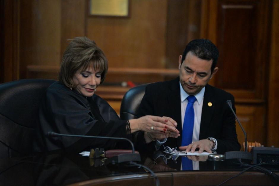 Silvia Valdés saluda a Jimmy Morales. (Foto: Wilder López/Soy502)