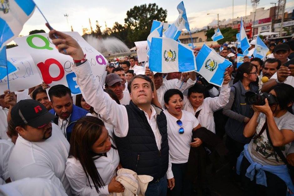 El alcade de Villa Nueva, Edwin Escobar, participa en la vigilia del partido Lider. Se denunció que obligó a los empleados de la Municipalidad a acudir a esa concentración. (Foto: Wilder López/Soy502)