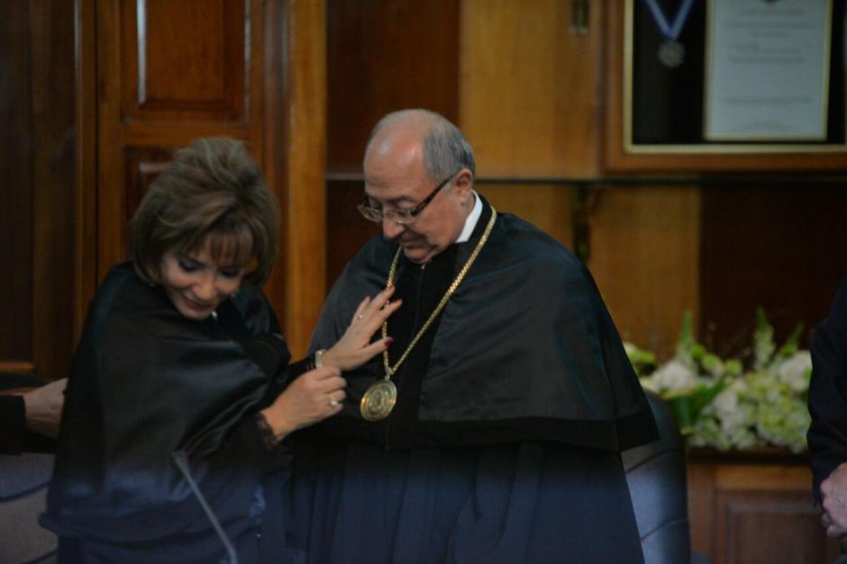 La presidenta saliente Silvia Patricia Valdés colocó las insignias a Medina. (Foto: Wilder López/Soy502)