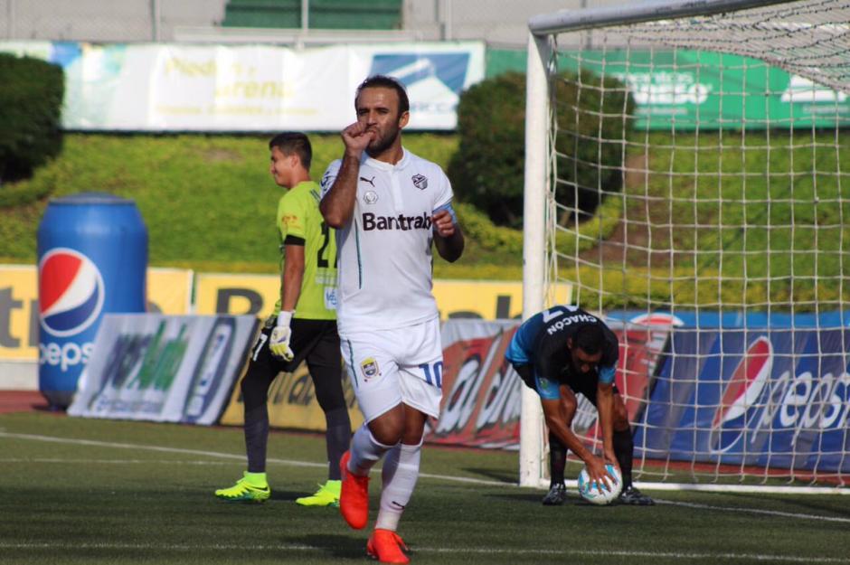 """El """"Moyo"""" Contreras anotó los dos goles de Comunicaciones ante Carchá. (Foto: Comunicaciones, página oficial)"""