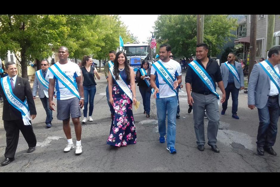 """El """"Pescado"""" Ruiz encabezó el desfile de los guatemaltecos en New Jersey. (Foto: Twitter)"""