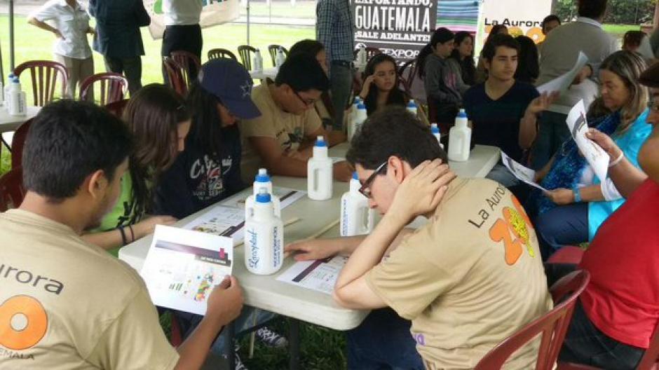 Jóvenes se unieron al proyecto elaboración de ecoladrillos. (Foto Agexport)