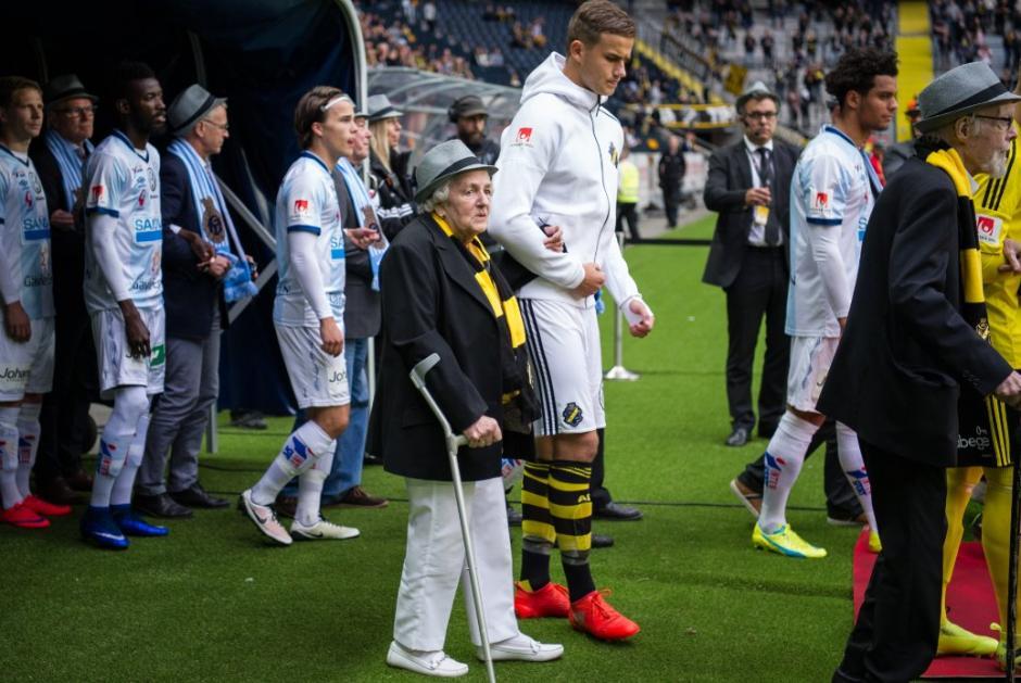 Los jugadores del AIK ingresaron al campo de juego con los socios más antiguos del equipo. (Foto: Twitter)