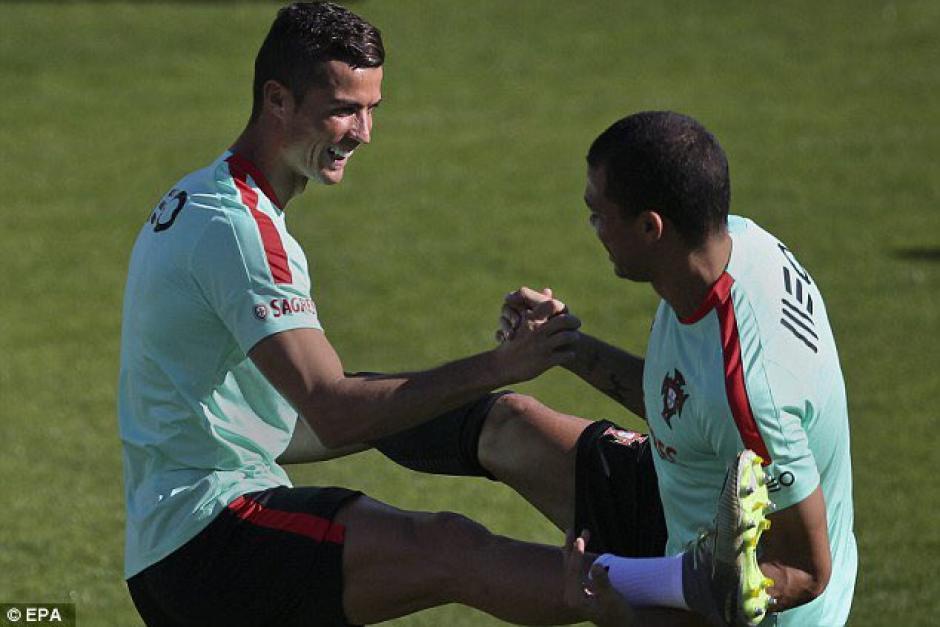 Al final ambos sonríen y así termina el duelo entre CR7 y Pepe. (Foto: Twitter)