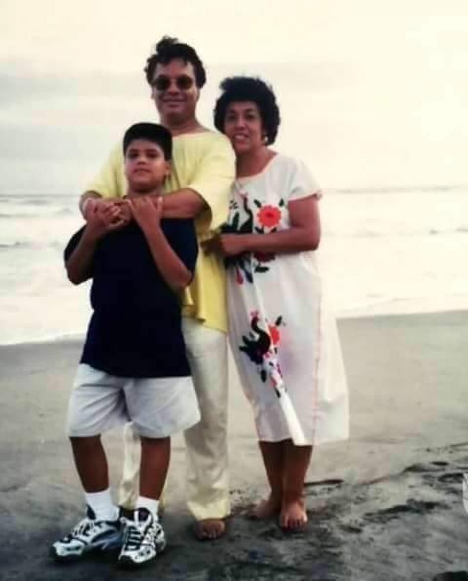 Juan Gabriel junto a su hijo Luis Alberto Aguilera y Guadalupe, la madre del pequeño. (Foto: Twitter)