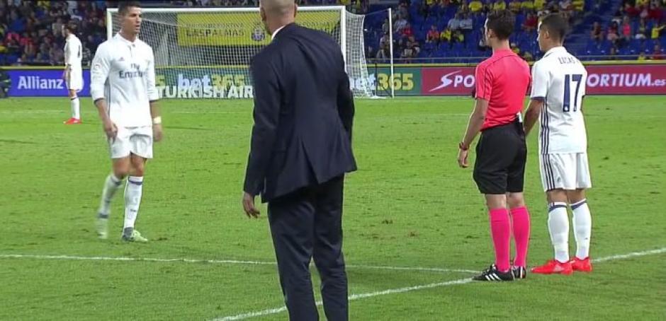 Zidane le dio la mano a Cristiano, el portugués se la dio pero con visible molestia. (Foto: Captura de imagen)