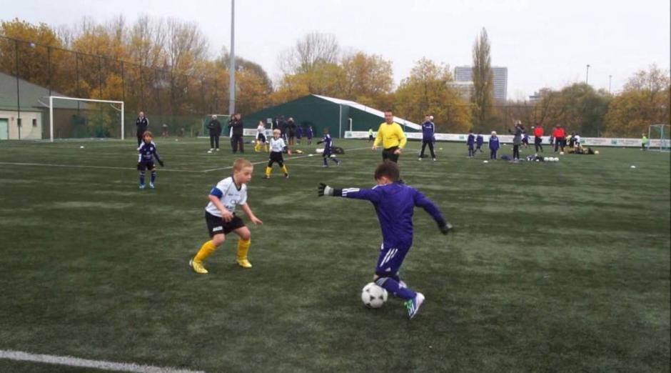 El manejo, frenos y regates de Rayane Bounida son similares a los de Messi a su edad. (Foto: Twitter)