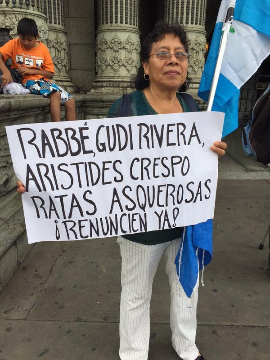 Varios de lo asistentes a la manifestación exigieron una depuración del Legislativo. (Foto Twitter/Justicia Ya)