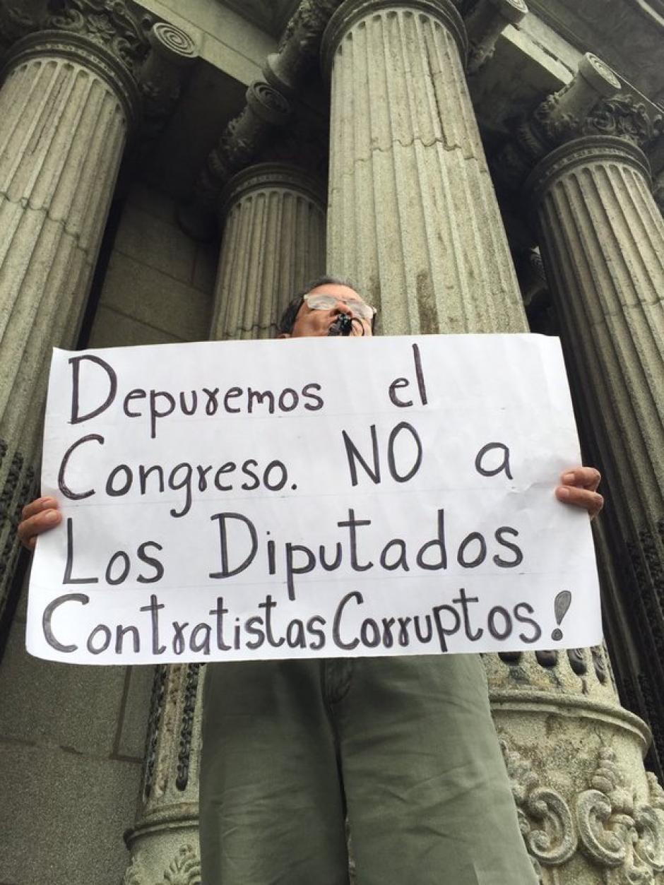 Al menos 30 personas participaron en la manifestación deste 7 de noviembre. (Foto Twitter/Justicia Ya)