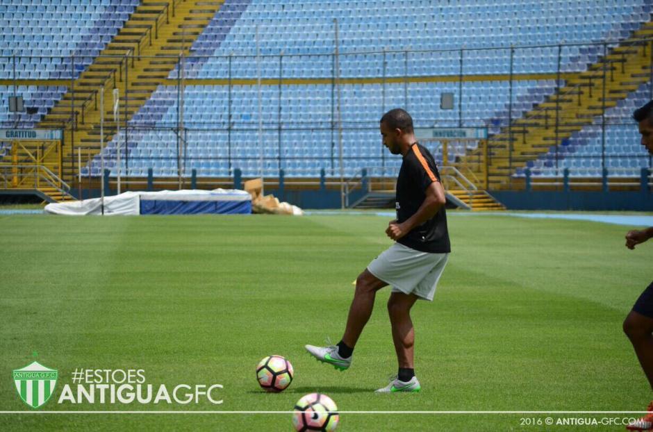 Fredy Thompson podría ser opción del técnico Mauricio Tapia. (Foto: Twitter Antigua)