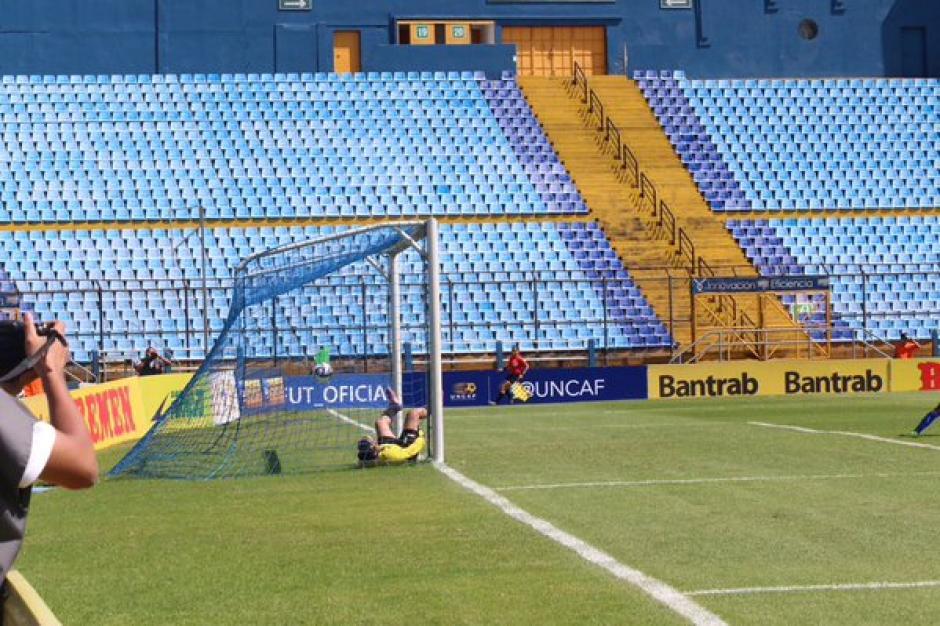 El gol de las guatemaltecas llegó al minuto 90 del juego ante El Salvador. (Foto: Twitter @fedefut_oficial)