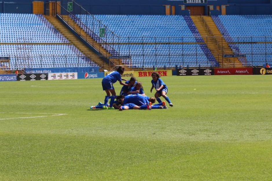 Las jugadoras celebran tras el 1-0 puesto por Mayén. (Foto: Twitter @fedefut_oficial)