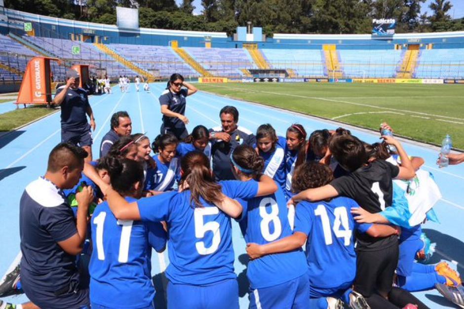 Las seleccionadas se juntaron para agradecer la clasificación y celebrar tras el pitazo final en el Mateo Flores. (Foto: Twitter @fedefut_oficial)