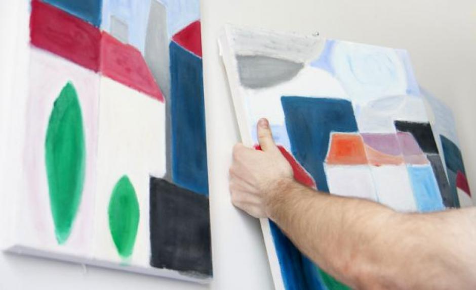 Emparejar los cuadros sobre una pared puede ser más fácil con pedacitos de borrador pegados en el anverso. (Foto: imujer.com)