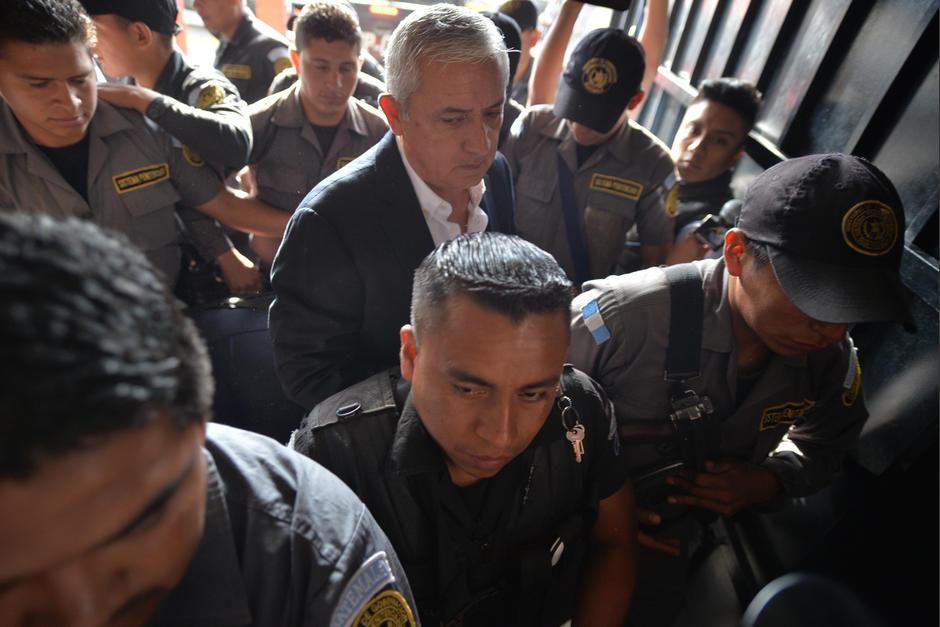 Los agentes que custodian a Otto Pérez Molina Molina, es inferior a los que escoltan a Baldetti. (Foto: Wilder López/Soy502)