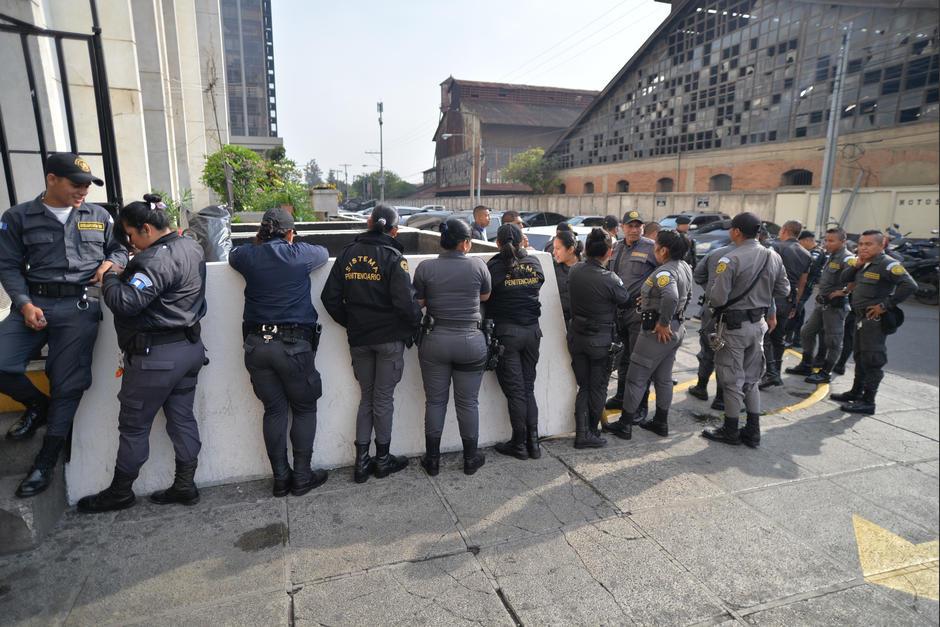 Guardias del Sistema Penitenciario a la espera del arribo de Baldetti a la Torre de Tribunales. (Foto: Wilder López/Soy502)
