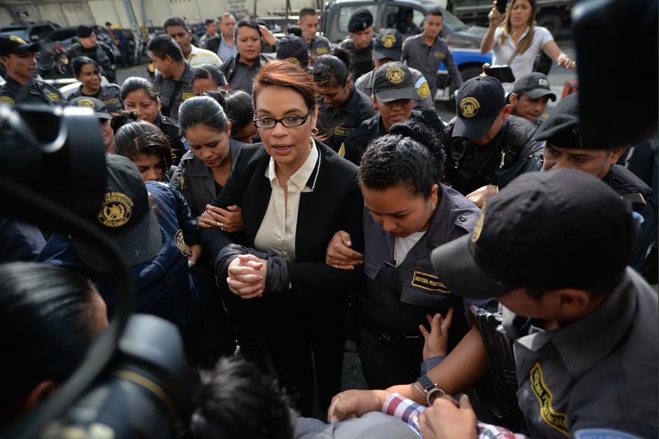 La exvicepresidenta Roxana Baldetti es custodiada por un fuerte dispositivo de agentes del Sistema Penitenciario. (Foto: Wilder López/Soy502)