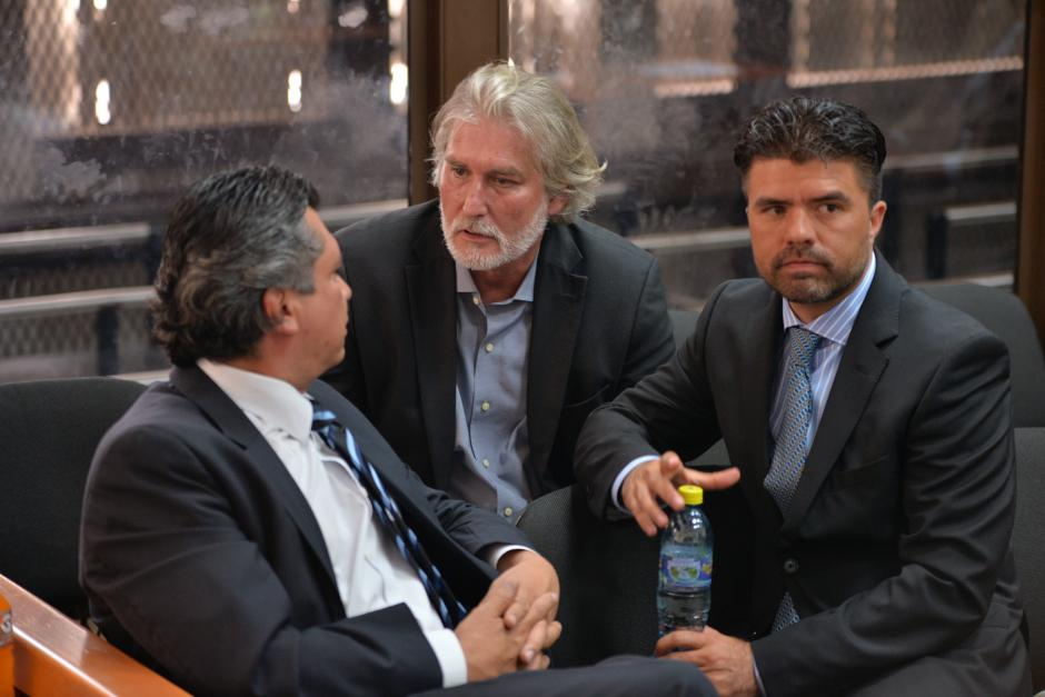 Los demás implicados hablaron entre ellos antes de iniciar la audiencia. (Foto: Jesús Alfonso/Soy502)