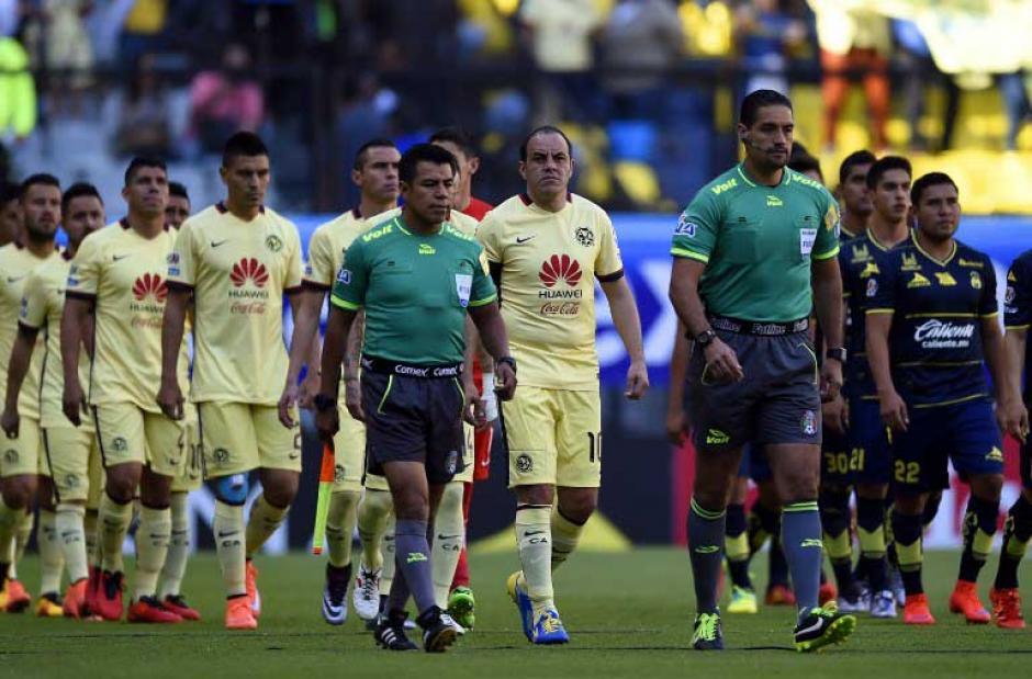 """Cuauhtémoc fue el capitán del América por última vez en su carrera. Con 43 años jugó de """"tu a tu"""" contra Morelia. (Foto: AFP)"""