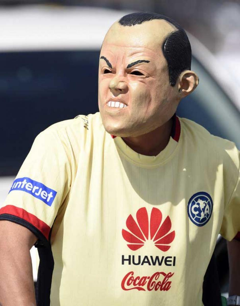 El último ídolo del fútbol mexicano, afirman los aficionados del vecino país, miles de personas llegaron al Azteca a decirle adiós a Cuauhtémoc Blanco. (Foto: AFP)