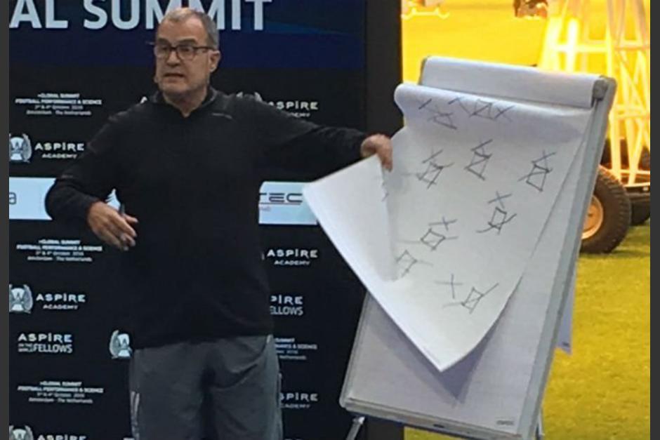 Marcelo Bielsa dio una charla sobre fútbol en Holanda. (Foto: Captura de pantalla)