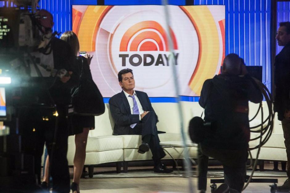 """En una entrevista con la cadena NBC, Charlie Sheen dijo que las molestias comenzaron con un fuerte dolor de cabeza y una """"enloquecedora"""" migraña. (Foto:@qtf)"""