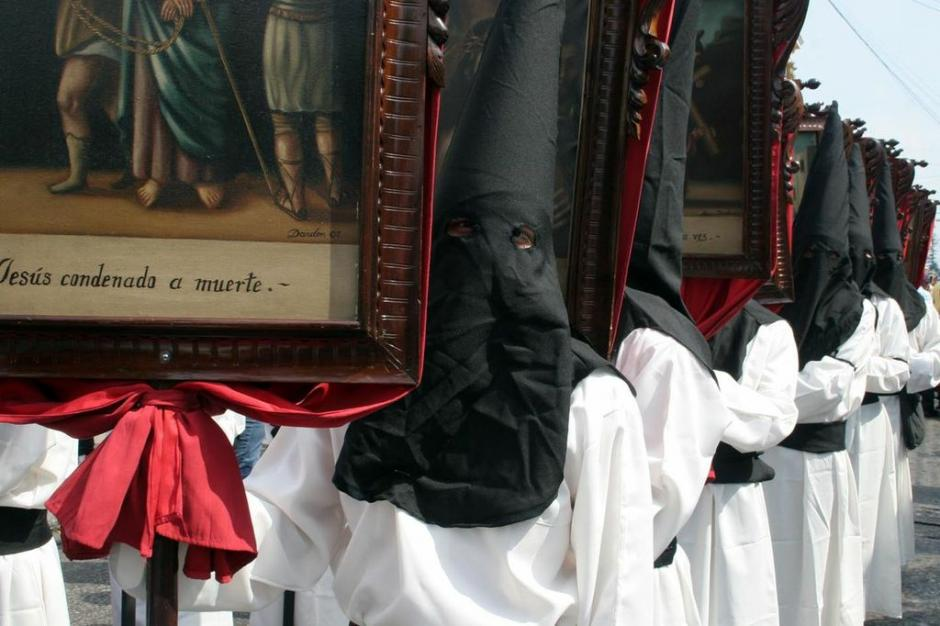 Los cucuruchos de la procesión del Beaterio de Belén van de negro, a la usanza sevillana. (Foto: Raúl Illescas).