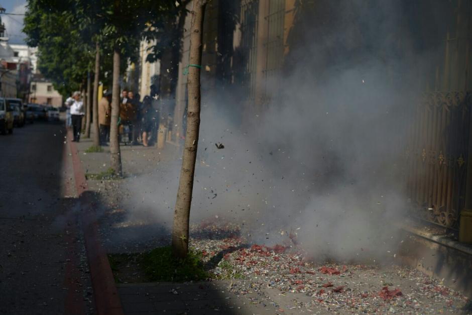Los sindicalistas del Congreso quemaron cohetillos frente al Congreso. (Foto: Wilder López/Soy502)