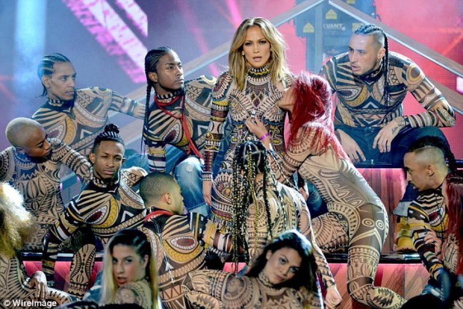 JLO abrió con un espectacular y sexy show los AMA 2015.