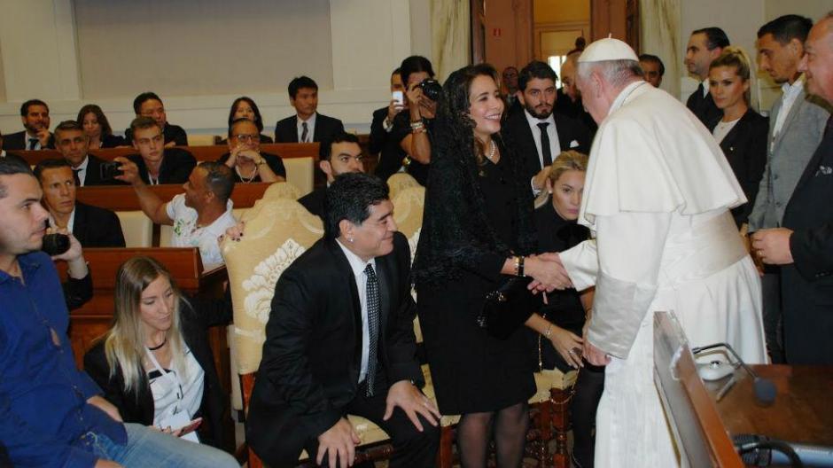 Maradona llegó acompañado con su hijo recientemente reconocido y esposa. (Foto: Twitter)