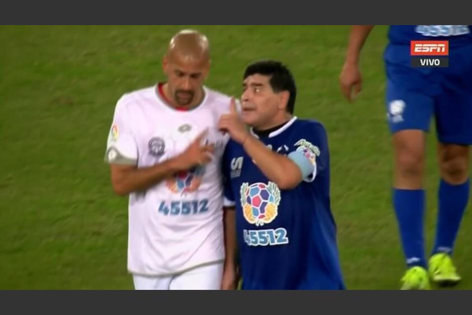 Verón y Maradona se reclamaron al final del primer tiempo. (Foto: Twitter)