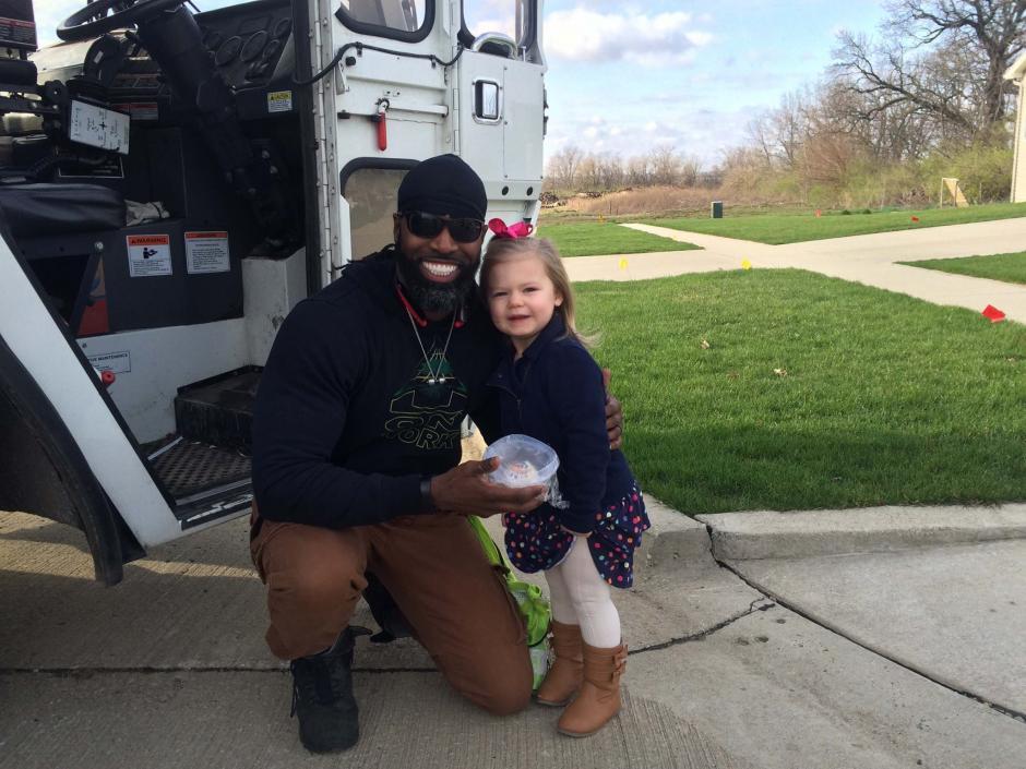 Denver asegura que él también espera con ansias los jueves para ver y saludar a la pequeña. (Foto: Facebook)