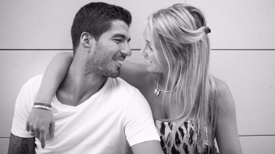 Suárez felicitó a su esposa en las redes sociales por un aniversario más. (Foto: Twitter)