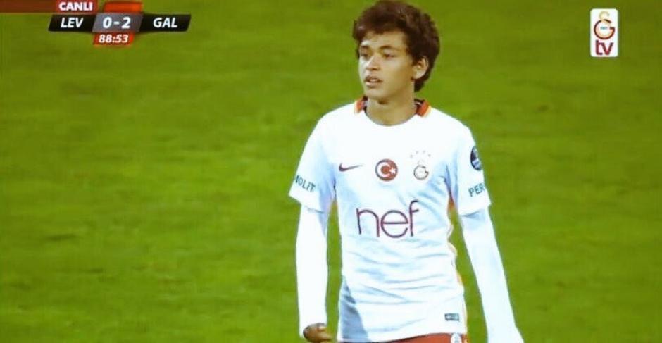 El jugador turco hizo historia al ser el más joven en debutar. (Foto: Twitter)