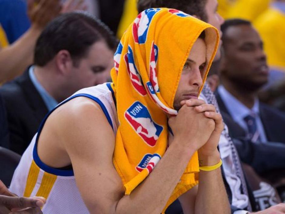 Visiblemente adolorido abandonó la duela Stephen Curry tras su fuerte lesión. (Foto: AFP)