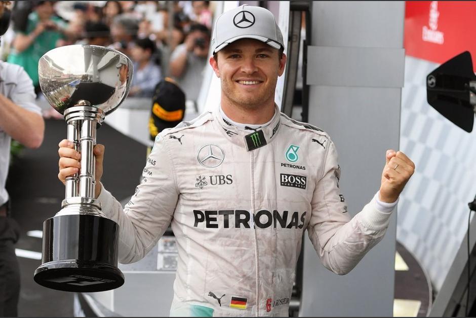 Nico Rosberg mostró su trofeo este domingo en Japón. (Foto: AFP)