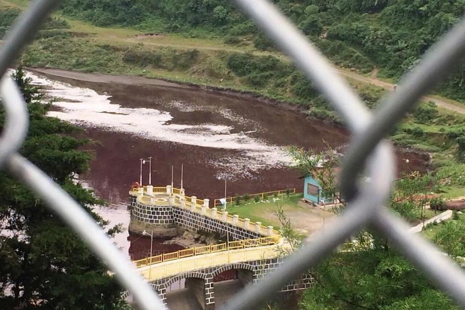 El río fu contaminado y se tiñó de rojo. (Foto: Stereo 100)