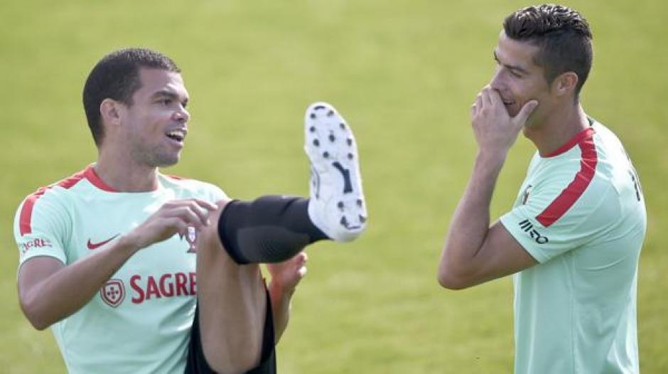Cristiano se burló por un rato de Pepe que no tuvo de otra que sonreír. (Foto: Twitter)