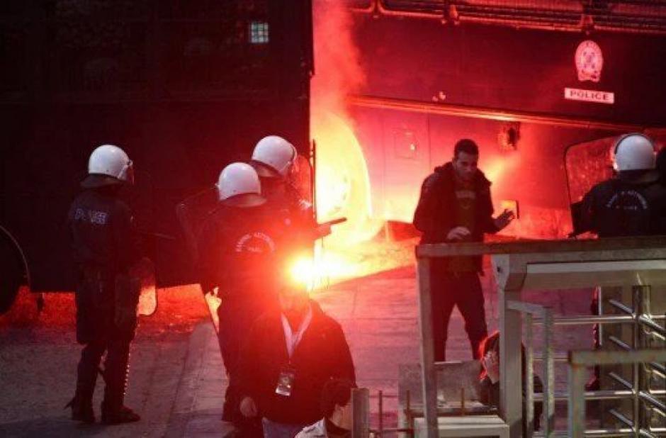 La policía y revoltosos se enfrentan en las calles de Grecia.