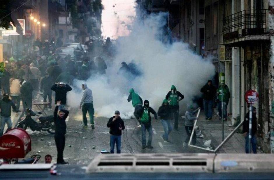 Por violencia entre aficionados y la policía se suspende el clásico del futbol griego.